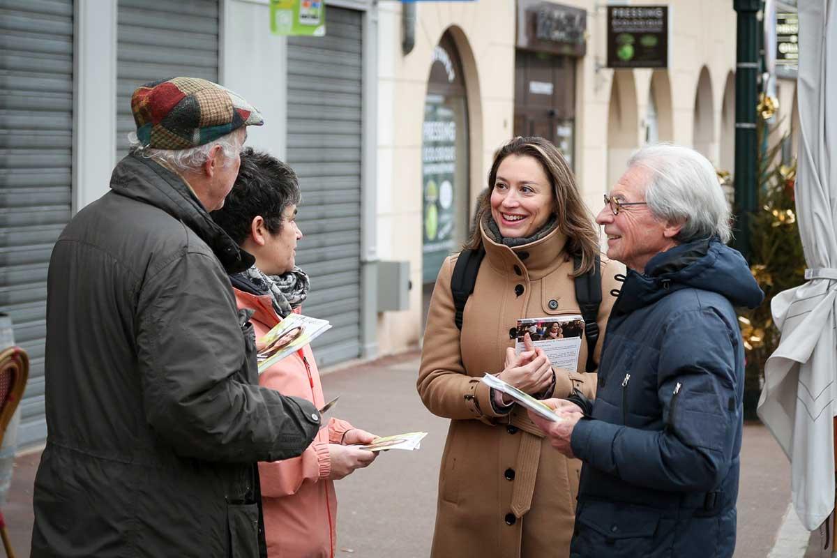 Les échanges avec les robinsonnais sur le projet de Christelle Carcone sont très chaleureux